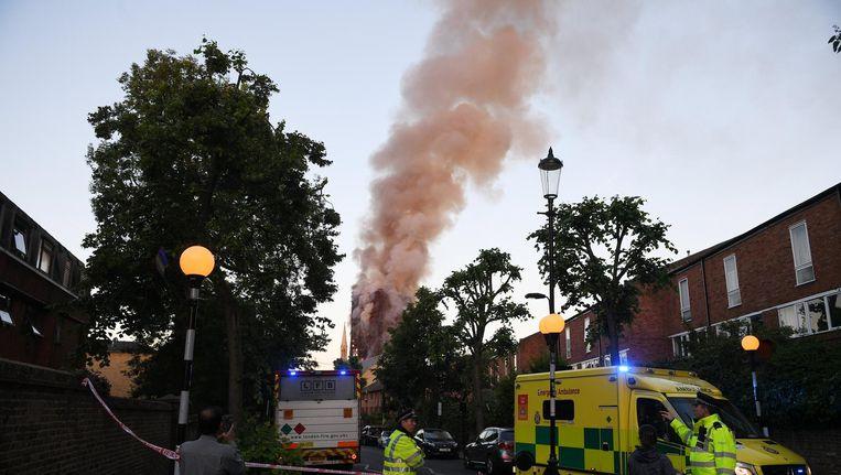 Een rokende Grenfell Tower op 14 juni Beeld epa