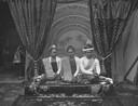 Thibaw, de laatste koning van Myanmar, staat rechts op de foto.