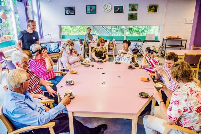 Entertainment met virtual reality bril bij zorgcentrum Mariahoeve.