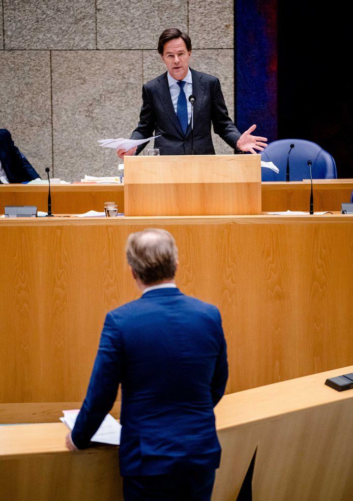 Demissionair minister-president Mark Rutte  en Pieter Omtzigt (CDA) tijdens een debat over de toeslagenaffaire.