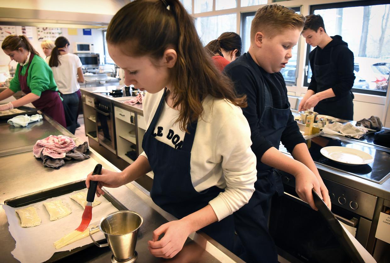 Leerlingen op de vmbo-afdeling van 2College Durendael in Oisterwijk krijgen les in koken en bakken. Beeld Marcel van den Bergh