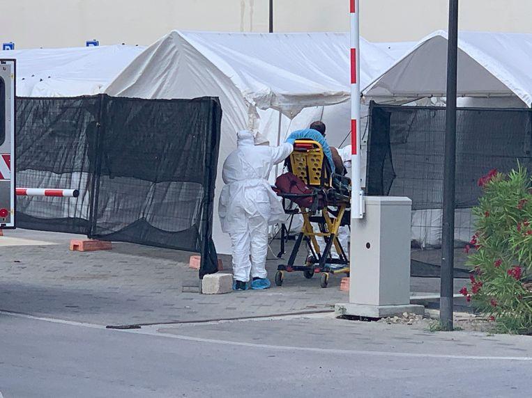 Bij het ziekenhuis in Willemstad op Curaçao zijn inmiddels tenten neergezet.  Beeld Dick Drayer
