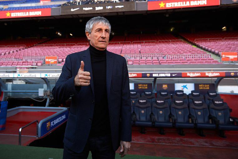 Quique Setien poseert voor de media nadat hij is aangesteld als coach van Barcelona. Beeld Getty