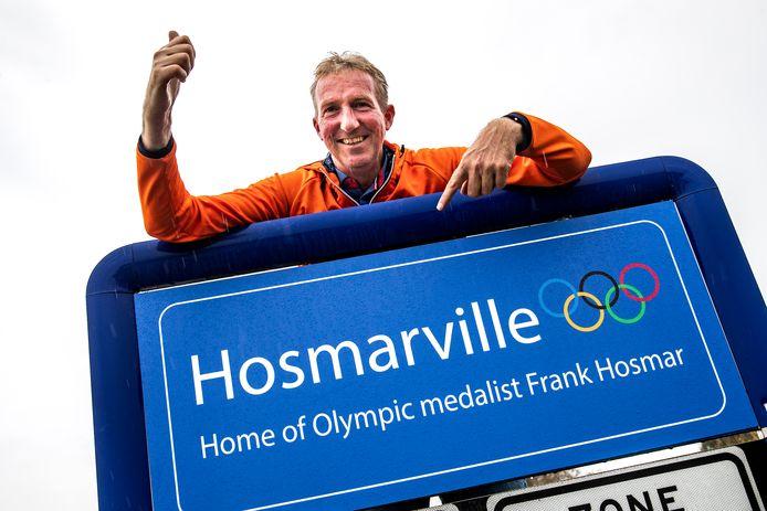 De plaatsnaamborden in Haarle zijn door het succes van pararuiter Frank Hosmar op de Paralympics in Tokio voorlopig even veranderd.