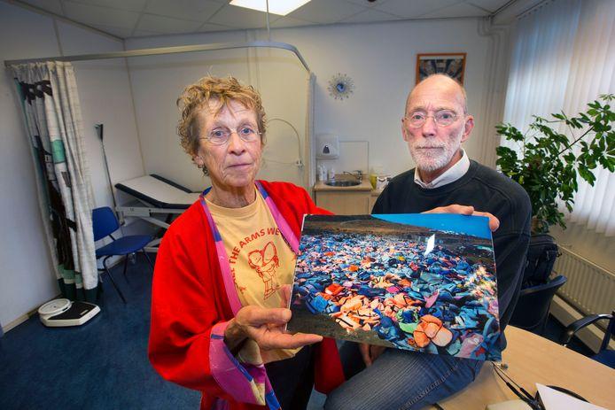Twee Haagse artsen Joep Avezaat en zijn vrouw Marijke Lutjenhuis die naar een vluchtelingenkamp op Lesbos gingen.Op de foto die Marijke vasthoud (en genomen heeft) de grote hoeveelheden door vluchtelingen gebruikte zwemvesten die ze daar aantroffen.