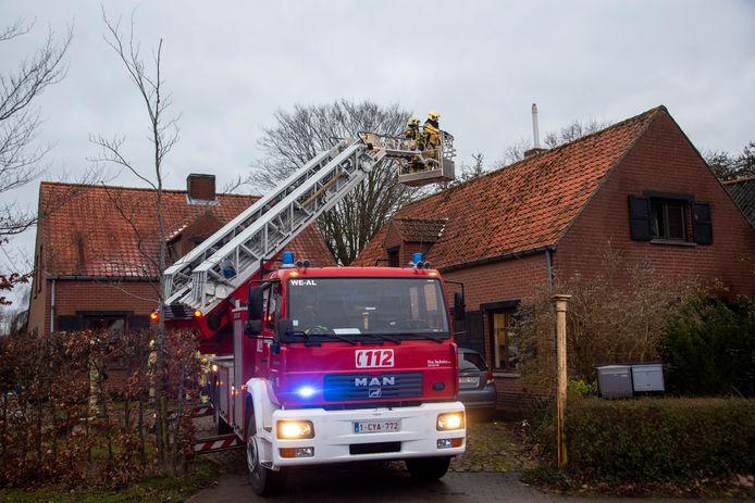Na de brandmelding controleerde de brandweer de schouw van de woning.