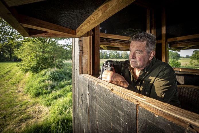 Vanuit de hoogzit tuurt Johan Olde Meule over graslanden en natuurgebieden.