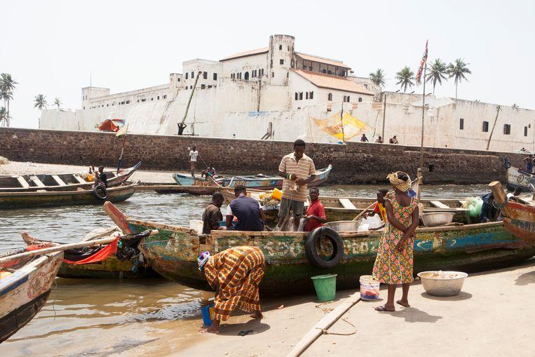 Kasteel Elmina in Ghana, waarvandaan Nederland tot slaaf gemaakte Afrikanen naar het westelijk halfrond vervoerde.  Beeld Getty