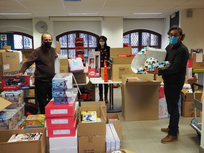 AMAi-vrijwilliger Willy Paternoster, Sociaal Huis-medewerker Anne Wittevronghel en Jan Simons van Foundation Mechelen tussen de berg speelgoed.