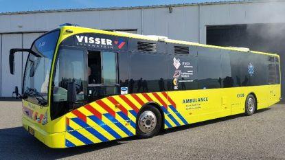 Deze Nederlandse ambulancebus kan zes coronapatiënten tegelijk vervoeren
