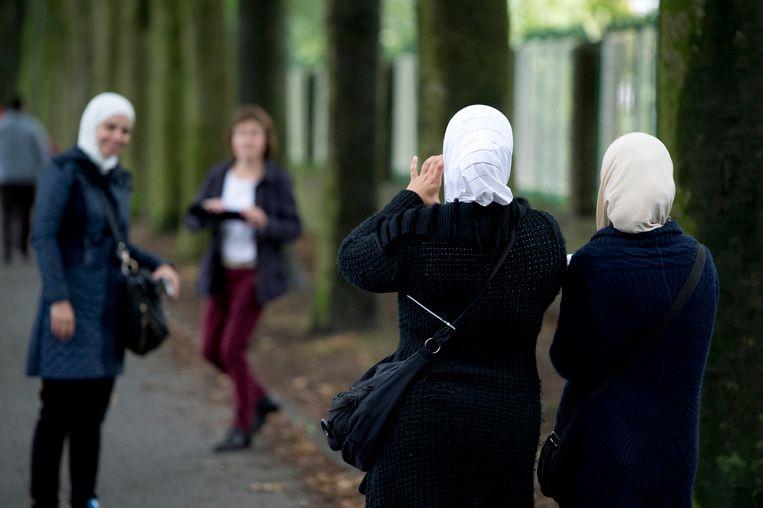 Asielzoekers arriveren bij de Van Horne Kazerne in Weert. Beeld anp