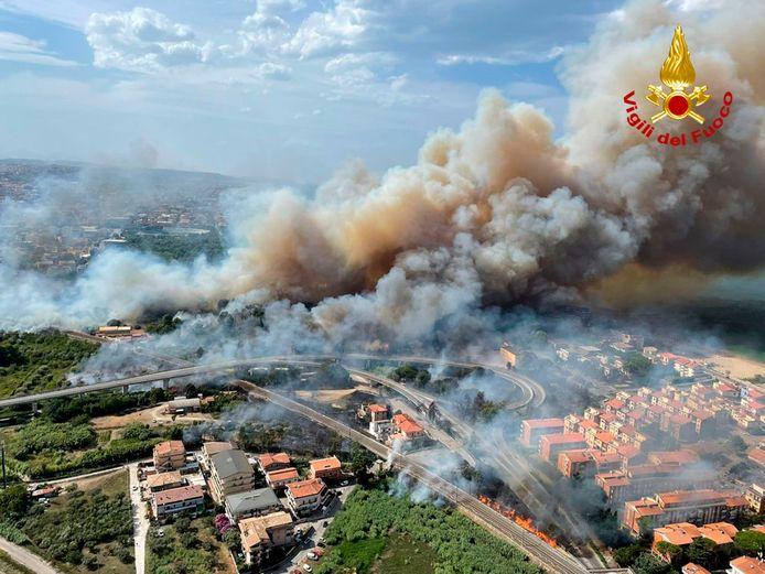 Een hittegolf in Zuid-Europa, gevoed door hete lucht uit Noord-Afrika, heeft geleid tot bosbranden op het Italiaanse eiland Sicilië.