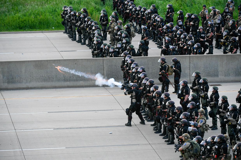 Ordetroepen schieten met traangas op demonstranten die een snelweg blokkeren in Saint Paul. Beeld EPA