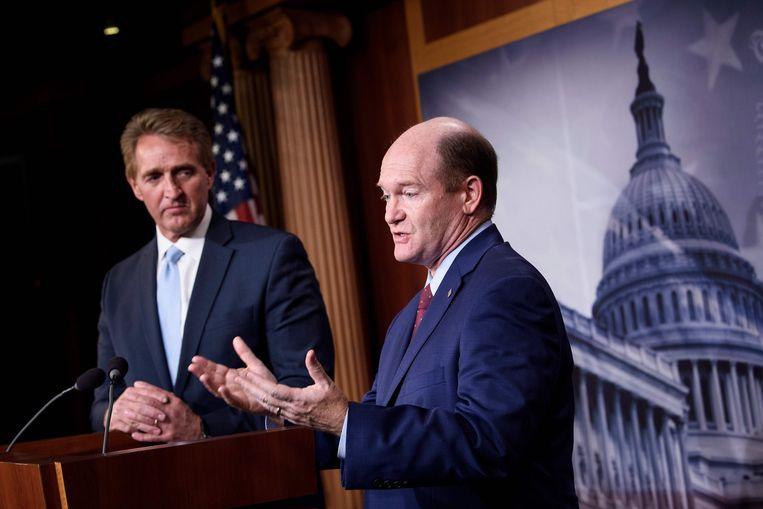 Senatoren Jeff Flake (links, een Republikein) en Chris Coons (een Democraat) houden een gezamenlijke persconferentie over de wetgeving die ze door de Senaat willen jagen om het Ruslandonderzoek van Robert Mueller te beschermen. Beeld AFP
