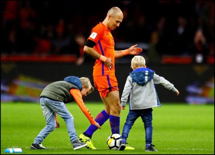 Arjen Robben neemt afscheid van Oranje nadat het Nederlands elftal het WK 2018 misloopt.