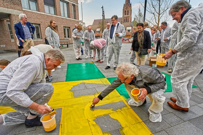 April 2019, raadsleden van Uden en Landerd kalken het logo van de gemeente Maashorst op het plein in Zeeland. Inmiddels wordt steeds duidelijker welke partijen in november meedoen aan de gemeenteraadsverkiezingen voor de nieuwe gemeente Maashorst.