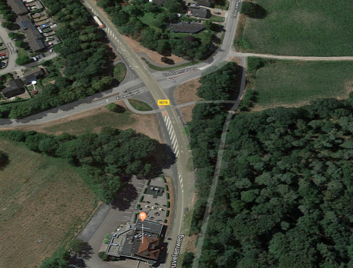 De locatie voor de nieuwe brede school vanuit de lucht gezien.  Onderin beeld het restaurant Forest.