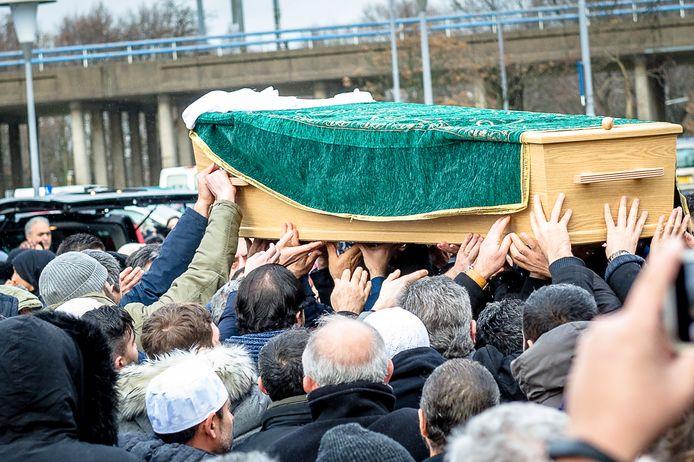 Gebed voor Humeyra op het plein voor de Mevlana Moskee in Rotterdam.  Humeyra werd op 16-jarige leeftijd doodgeschoten op haar school.