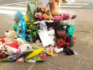 """""""We gaan je missen. De hele klas is in shock"""": tientallen beertjes, bloemen en boodschappen voor verongelukte Aicha (12)"""