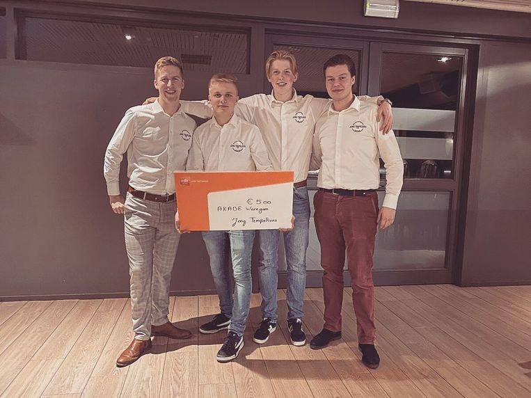 Stijn Deleu, Thomas Defrenne, Dries Dewolf en Nicolas Defrenne met de cheque voor Akabe Funk.