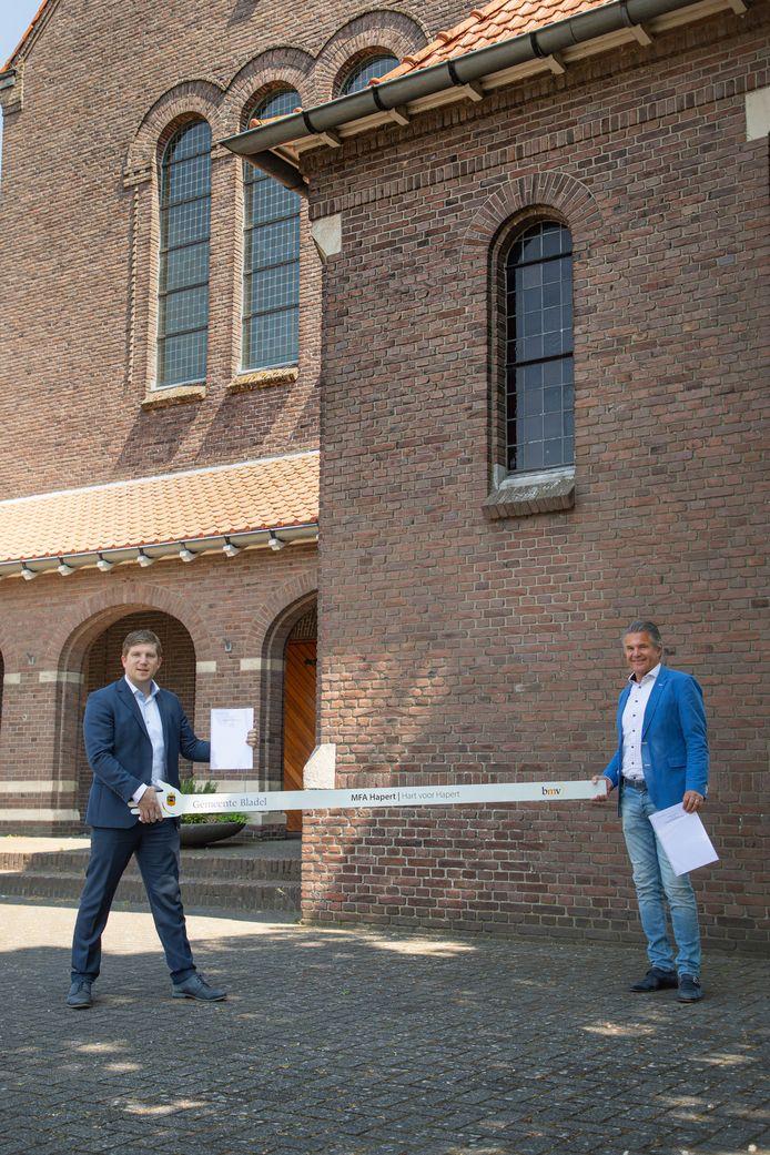 Ondertekening van de overeenkomst tussen gemeente Bladel (vertegenwoordigd door wethouder Davy Jansen) en bouwbedrijf BMV Bouwbedrijf voor de bouw van de mfa in Hapert.