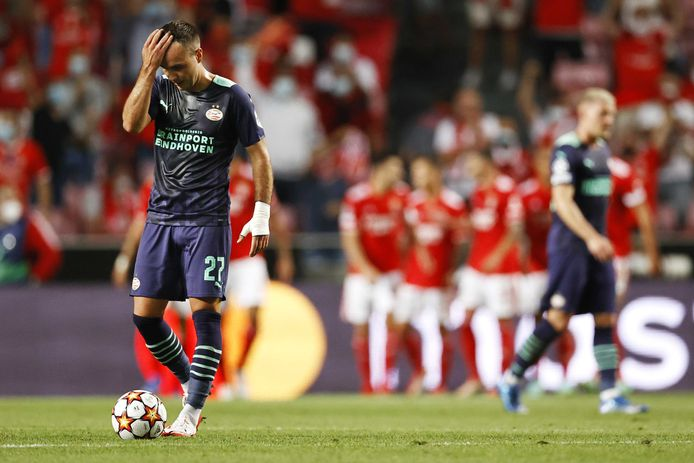 Mario Götze baalt na een tegendoelpunt.