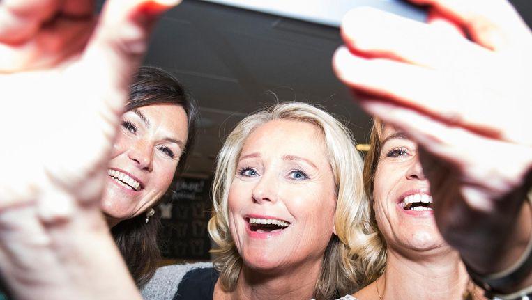 Antoinette Hertsenberg als middelpunt van een selfie na afloop van een opname van Radar TV. Beeld Jiri Buller