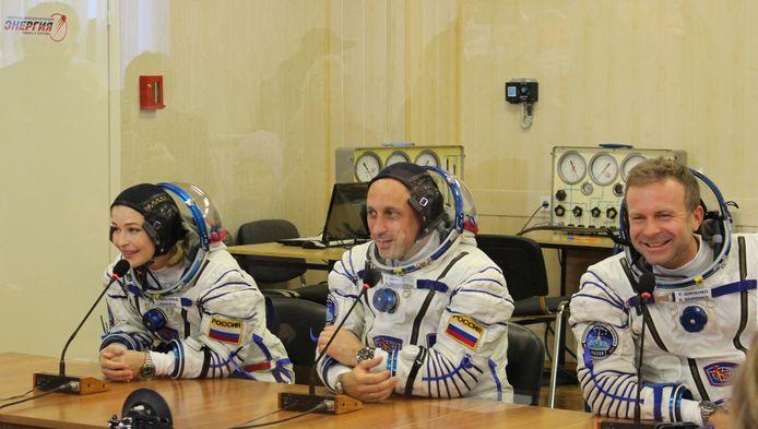 Cette photo prise et publiée le 5 octobre 2021 par l'agence spatiale russe Roscosmos montre les membres de l'équipage, le cosmonaute Anton Shkaplerov (C), l'actrice Yulia Peresild (G) et le réalisateur Klim Shipenko.