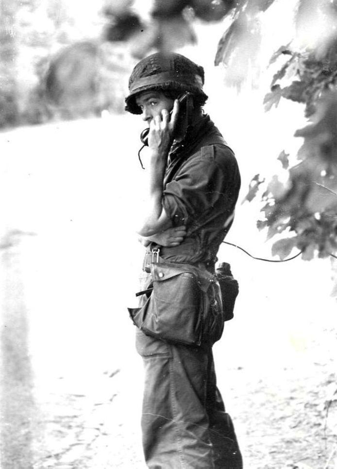 Wim van Leest als dienstplichtig soldaat op de vrijdag voor de bevrijding van de gijzelaars in de trein bij de Punt.