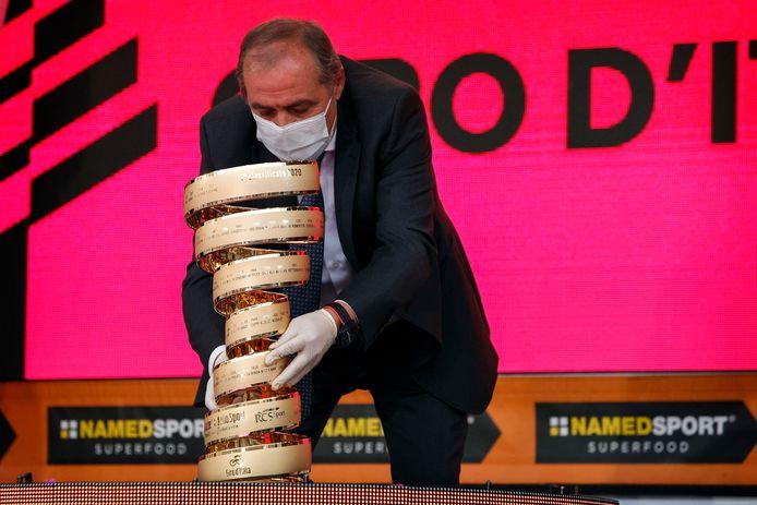 Giro-baas Mauro Vegni met de Trofeo Senza Fine.