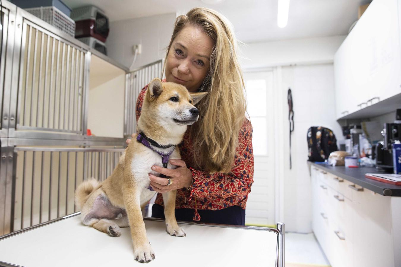 Karen Soeters van dierenhulporganisatie House of Animals met het gehandicapte hondje Jukka. De hond komt uit een 'puppyfabriek' in Hongarije.