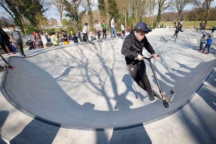 Jongeren van alle leeftijden door elkaar lieten tijdens de officiële opening vrijdagmiddag hun kunsten zien op het vernieuwde skatepark in de Haagse Beemden.