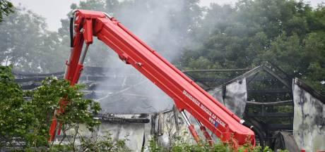 Uitslaande brand in landbouwschuur Poortvliet, naastgelegen koeienstal gekoeld om evacuatie te voorkomen