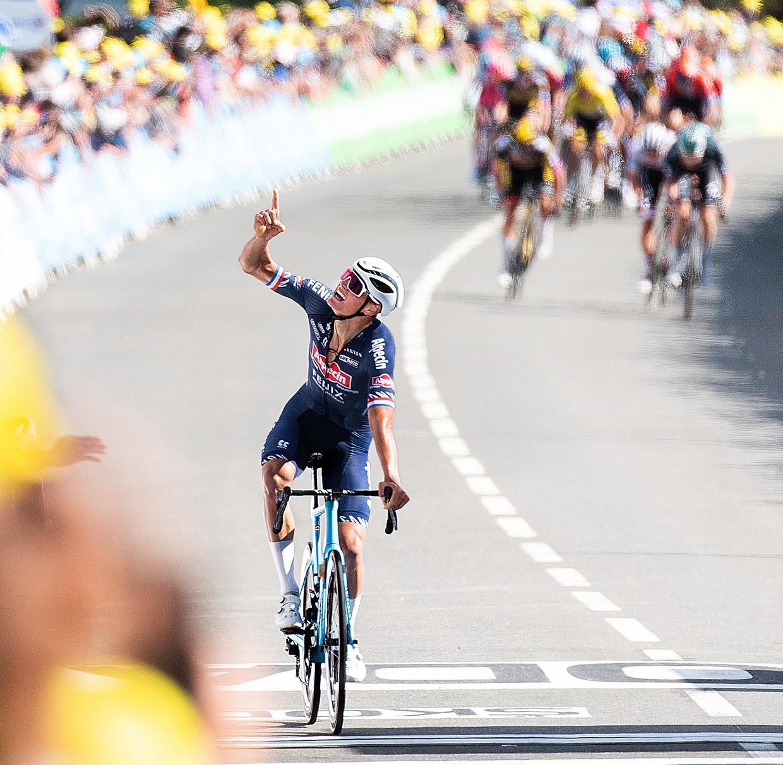 Mathieu van der Poel passeert de finishlijn en richt de blik naar boven.  Beeld Klaas Jan van der Weij