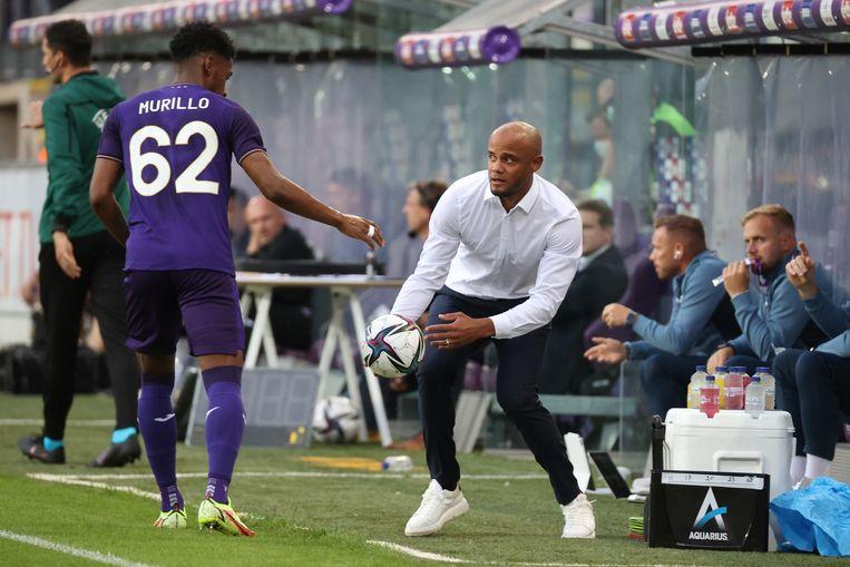 Anderlecht-back Amir Murillo komt bij Vincent Kompany in de match tegen Vitesse. Beeld BELGA