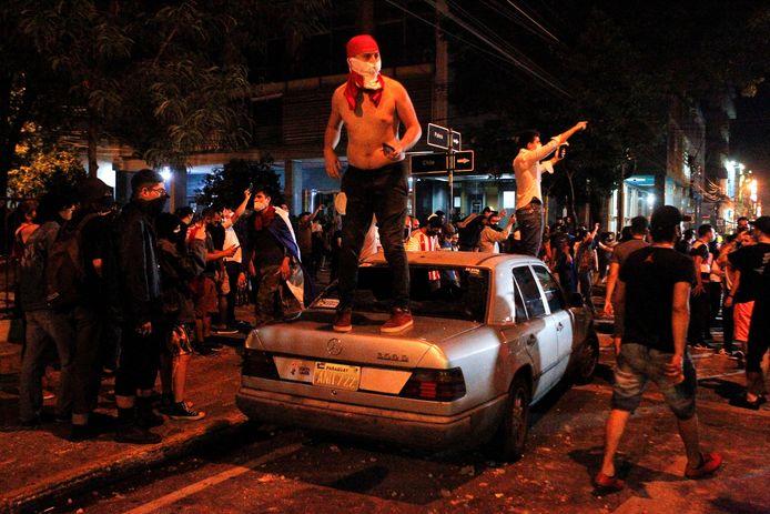 Een demonstrat staat op de achterbak van een geparkeerde auto tijdens de demonstratie tegen de Paraguayaanse regering in hoofdstad Asunción. (05/03/21)