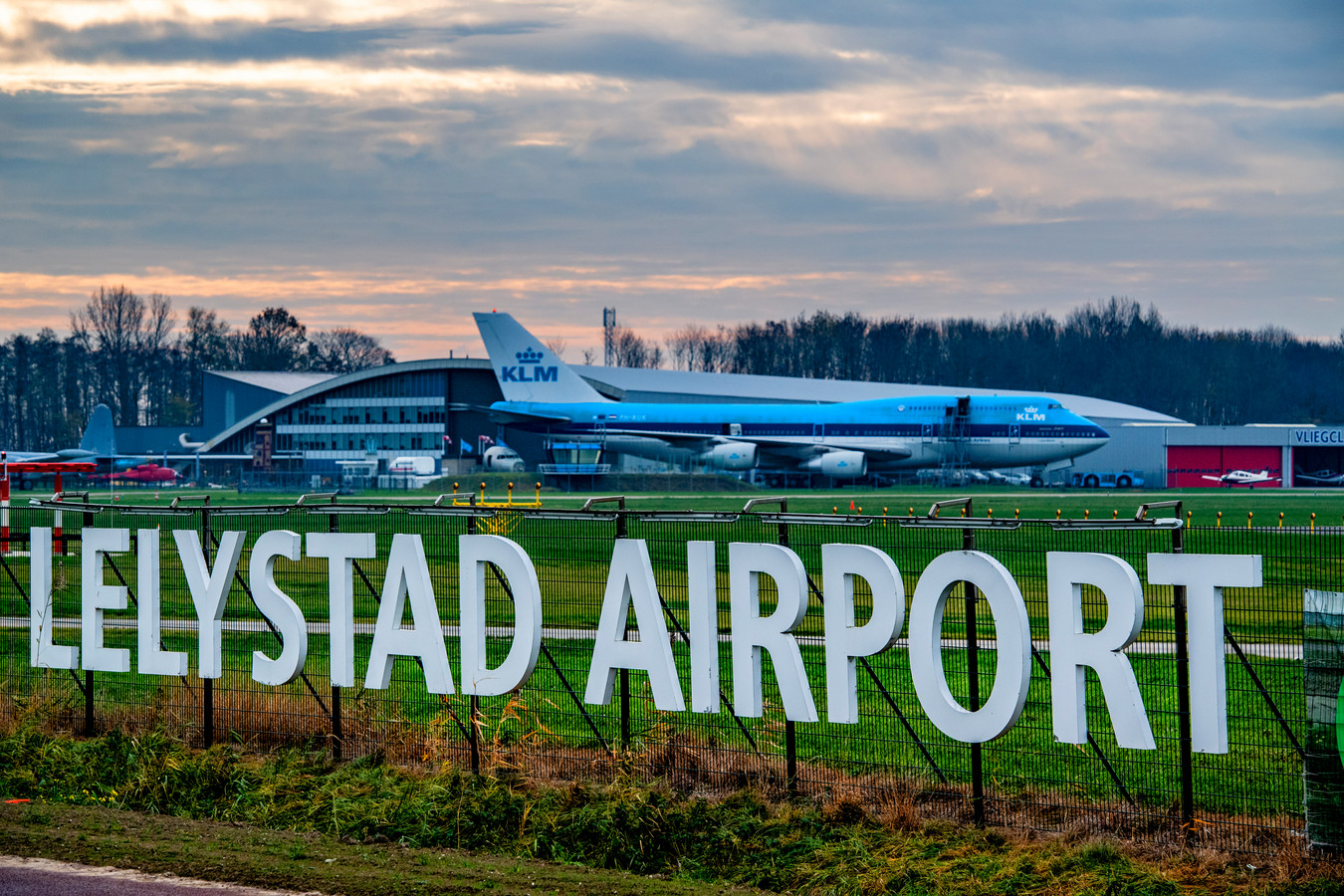 Lelystad Airport is klaar om als vakantievliegveld van start te gaan. Of het er van komt is onzeker geworden.