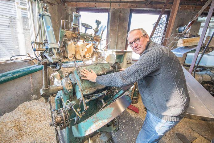 Jaap Kramer bij één van zijn machines om klompen te maken