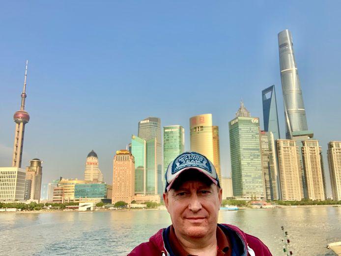 Michael bij de Shanghai Tower, die hij tijdens zijn verblijf kon bezoeken.