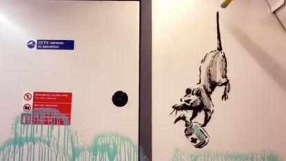 """Straatartiest Banksy toont hoe hij Londense metro beschildert: """"Om mensen eraan te herinneren dat ze hun mondmasker moeten dragen"""""""
