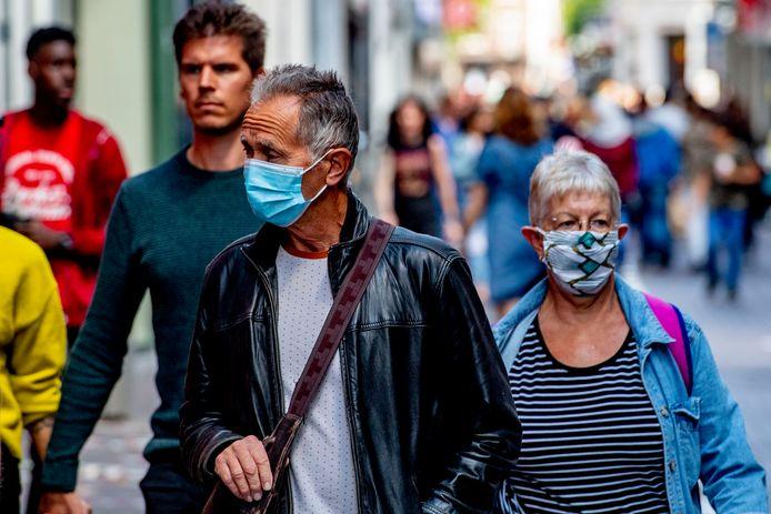 Mensen met een mondkapje elders in het land.