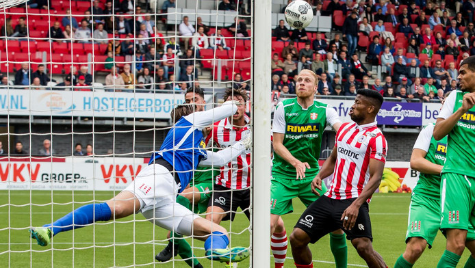 Chaos voor het doel van FC Dordrecht.