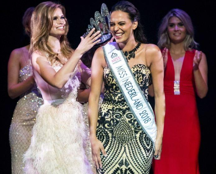 Nicky Opheij  (links) draagt haar Miss Nederland-kroon over aan Rahima Dirkse.