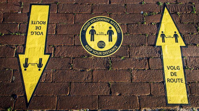 Stickers moeten burgers wijzen op het houden van 1,5 meter afstand