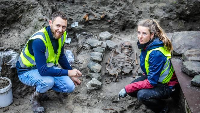 Archeologen verrast door vondst aan Onze-Lieve-Vrouwekerk: antropomorfe graven uit middeleeuwen