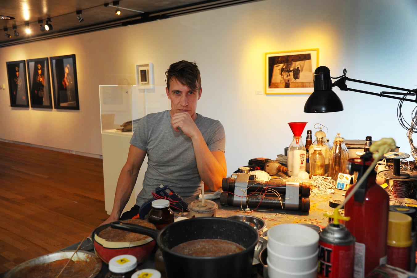 Dani Ploeger aan de 'Work Table VI' van Gregory Green op de expositie Bommen en Granaten, vanaf zaterdag te zien in het Zeeuws Maritiem MuZEEum in Vlissingen.