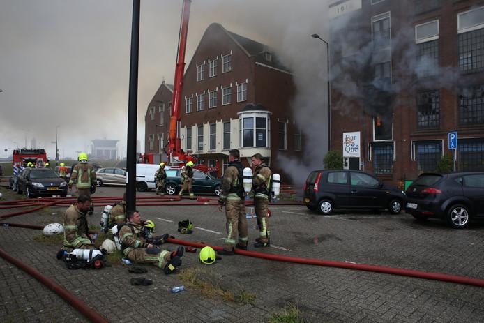 De brand ontstond bij een garagebedrijf aan de achterkant van het verzamelpand.