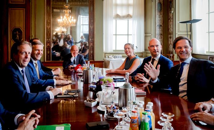Informateur Gerrit Zalm (midden) ontvangt de onderhandelaars Alexander Pechtold (links, D66), Sybrand van Haersma Buma (2e links, CDA), Gert-Jan Segers (2e rechts, ChristenUnie) en Mark Rutte (rechts, VVD).
