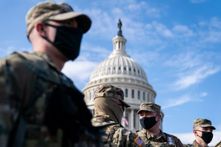 Leden van de Nationale Garde, in de achtergrond het Capitool. Beeld Photo News