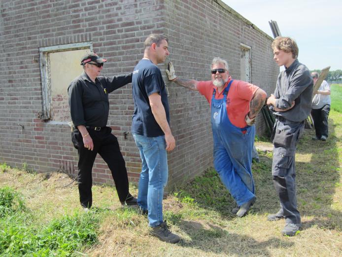 De vrijwilligers bij het Werhmachthuisje in Someren-Heide. Links Harry Muijen, naast hem Gerard Verdonschot en helemaal rechts Sander Overdijkink.